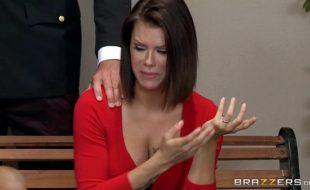 Cenas de sexo com uma safada trepando com o advogado no tribunal de justiça em um filme porno