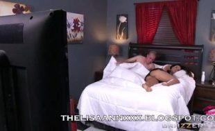 Lisa Ann coroa gostosa fazendo porno bom em cima da cama com seu enteado
