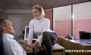 Loira safada dando em cima de seu chefe mais coroa com tudo para fazer um belo porno gratis