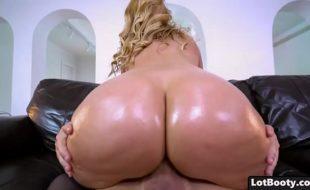 Mulher gostosa da bunda grande trepa com tudo em um video de sexo em cima do sofá