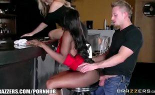 Negra safada e Brandi Love fazendo um filme porno no pub