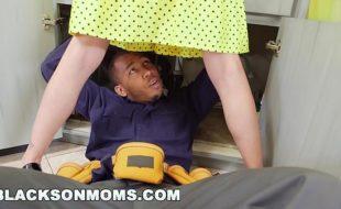 Redtube com o negão torando uma dona de casa bem gostosa
