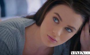 Videos de porno com uma morena linda do olho azul chupando uma pistola com tudo dentro da piscina
