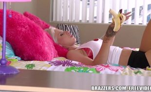 XXX porno com uma loirinha rabuda estilo punk que faz porno gostoso em tudo enquanto é lugar de sua casa