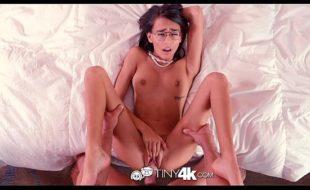 XXX porno gratis com a morena magrinha levando surra de rola na bucetinha sem fundo
