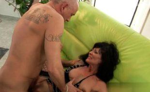 Coroa safada fodendo com seu parceiro dotado em um belo filme porno