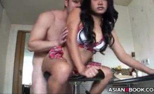 Japonesa gostosa em um belo porno dando sua buceta sentada
