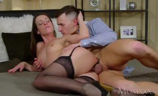 Morena bonita fodendo sua deliciosa buceta porno em um belo porno
