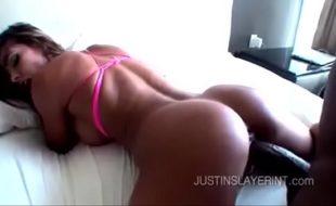 Morena mexicana cavalgando gostoso no pau do negão dotado em uma maravilhoso porno