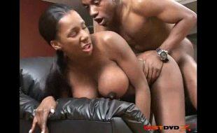 Negra gostosa fodendo sua deliciosa buceta em um belo filme porno acabou caindo na net