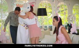 Incesto filha fogosa sendo fodida pelo pai fantasiado de coelho
