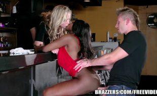 Porno cafajeste barman comendo o cú das gostosas