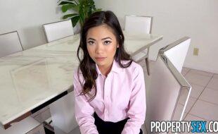 Secretária asiática fudendo muito com o seu chefe