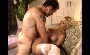 Gatona fogosa transando no sofá de casa com o seu macho